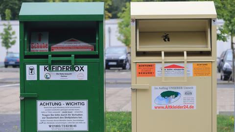 Zwei Altkleidercontainer