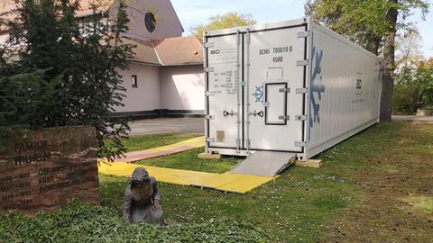 Kühlcontainer auf dem Friedhof Hanau