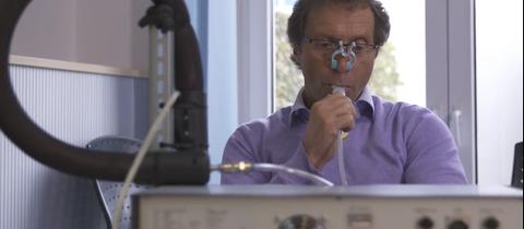 Wie aus der Kfz-Werkstatt: Bio-Physiker Scheuch mit dem Aerolsol-Tester