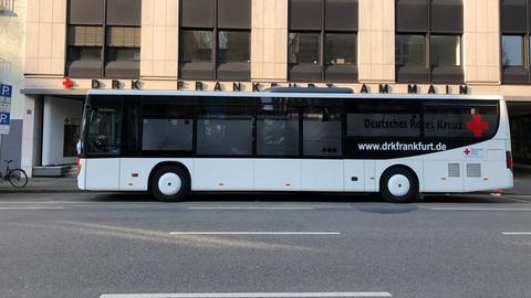 Ein Bus des Deutschen Roten Kreuzes in Frankfurt
