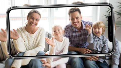Winkende Familie auf dem Sofa