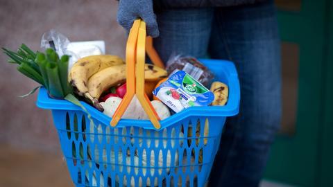 Einkaufskorb mit Handschuhen