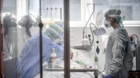 Auf einer italienischen Intensivstation wird ein Corona-Patient behandelt.