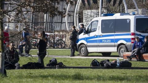 Frankfurter Polizisten kontrollieren die Einhaltung der Corona-Regeln