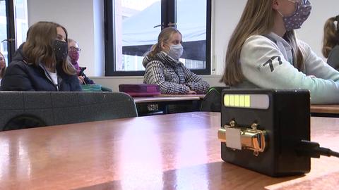 Schülerinnen an der Maria-Ward-Schule in Bad Homburg mit einer Kohlendioxid-Ampel im Klassenzimmer