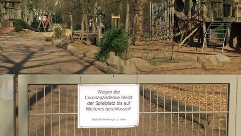 Am geschlossenen Tor vor einem Spielplatz in Bad Homburg hängt ein Schild: Wegen der Corona-Pandemie bis auf Weiteres geschlossen.