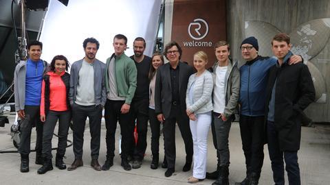 Gruppenfoto: Die Schauspieler stehen vor dem Besucherzentrum der Grube Messel