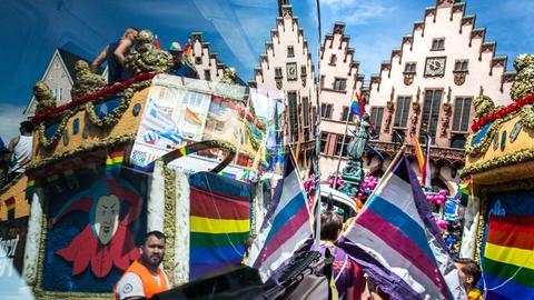 Start des Demonstrationszugs zum Christopher Street Day auf dem Frankfurter Römerberg