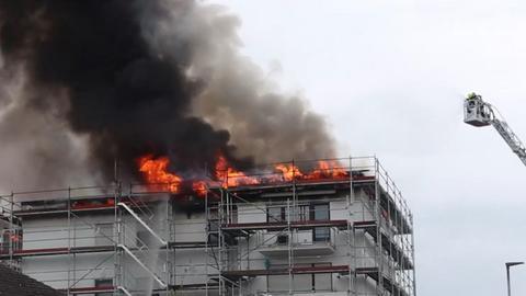 Feuerwehr löscht mit Drehleiter einen Dachstuhlbrand