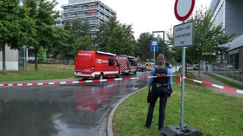 Feuerwehr und Polizei stehen am Campus Lichtwiese der TU Darmstadt
