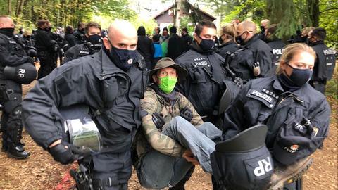 Polizisten tragen Mahnwache aus dem Wald