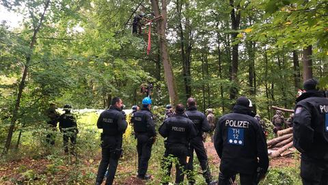 Polizisten bei der Räumung der letzten Baumhäuser