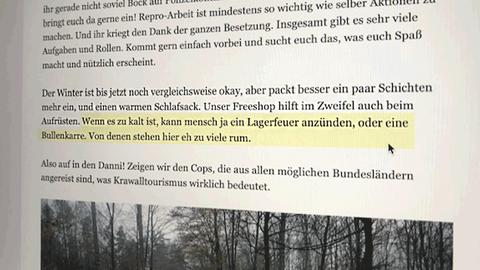 """Screenshot von der Internetseite, auf der Aktivisten angeheuert werden. Farbig markiert ist die Textpassage: """"Wenn es zu kalt ist, kann mensch ja ein Lagerfeuer anzünden, oder eine Bullenkarre. Von denen stehen hier eh zu viel rum."""""""