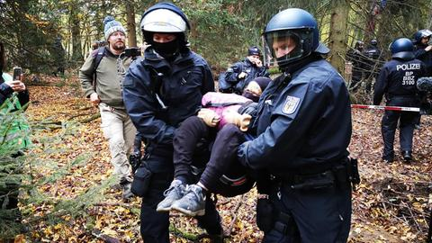 Eine Aktivistin wird weggetragen bei der Räumung im Herrenwald