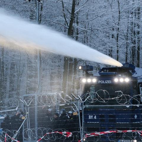 Wasserwerfer im Dannenröder Forst