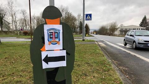 Defender-Schild an Kaserne in Fritzlar