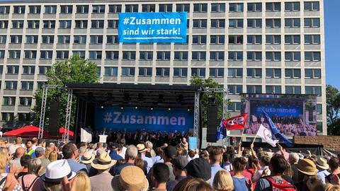 Blick auf die Bühne bei der Kundgebung vor dem Kasseler Regierungspräsidium.