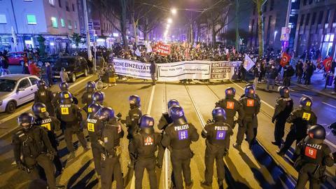In Frankfurt fand am Donnerstagabend ein Demonstrationszug zum Gedenken an den Anschlag von Hanau statt.