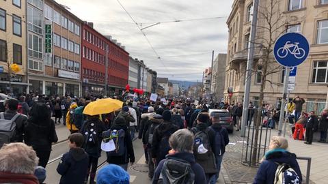 Eine nicht angemeldete Demonstration zieht durch die Friedrichsstraße
