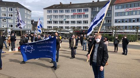 Menschen schwenken israelische Flaggen.