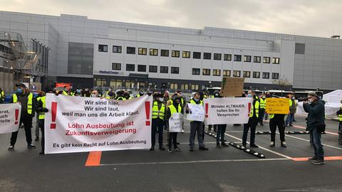 Wisag-Beschäftigte protestieren gegen geplante Kündigungen.