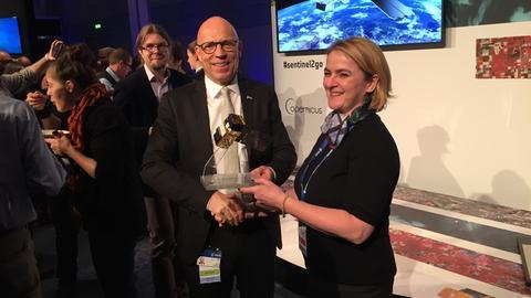 Esoc-Leiter Rolf Densing überreicht Sabine S. Groth von der hessischen Landesregierung ein Sentinel-Modell.