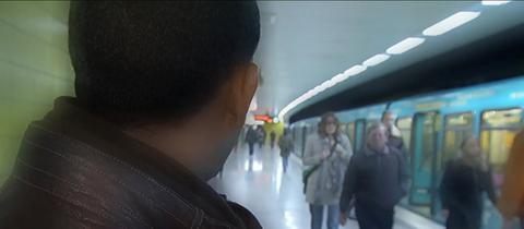 Derege Wevelsiep blickt auf Passagiere, die an der U-Bahnstation Bornheim-Mitte eine U-Bahn verlassen.
