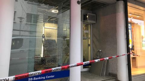 Die beschädigte Deutsche-Bank-Filiale in Groß-Gerau
