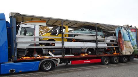 Fünf Fahrzeuge auf einem - aber nicht ordnungsgemäß gesichert.