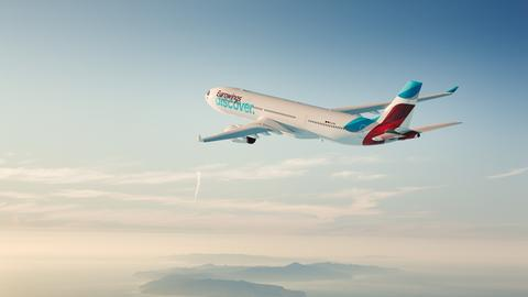 Ein Flugzeug der Fluggesellschaft Eurowings Discover fliegt.