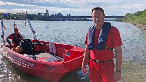 DLRG-Einsatzleiter Niklas Glotzbach am Rhein bei Trebur