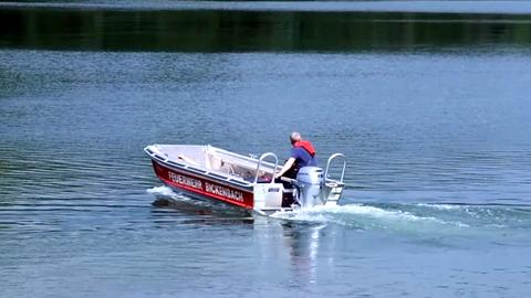 Ein Boot der Feuerwehr sucht auf dem Erlensee in Bickenbach nach einem untergegangenen Schwimmer