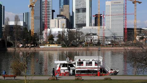 Dönerboot liegt im Frankfurt am Mainufer an.