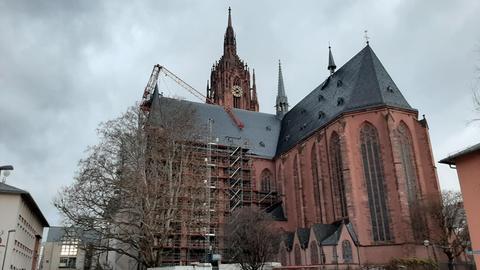 Baukran liegt auf Frankfurter Dom