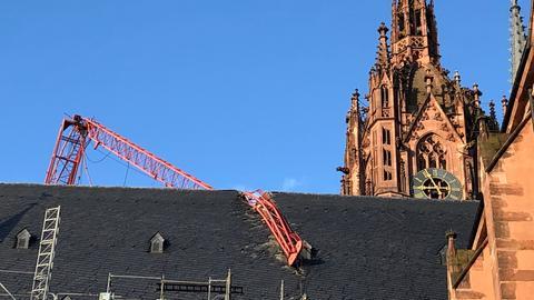 Der Kran bleibt vorerst auf dem Dach des Frankfurter Doms liegen.