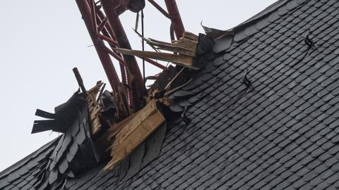 Beschädigtes Dach des Frankfurter Doms