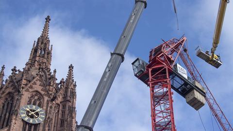 Arbeiten an dem abgeknickten Kran am Frankfurter