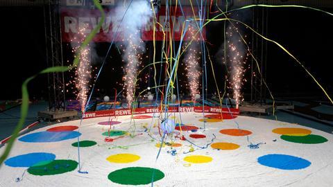 Feuerwerk und Luftschlangen - Freude über den ersten gelungenen Rekord
