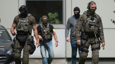 dpa Polizisten sichern einen Gerichtstermin des Terrorverdächtigen Haikel