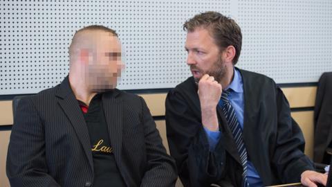 Der Angeklagte im Polizistenmord sitzt auf der Anklagebank