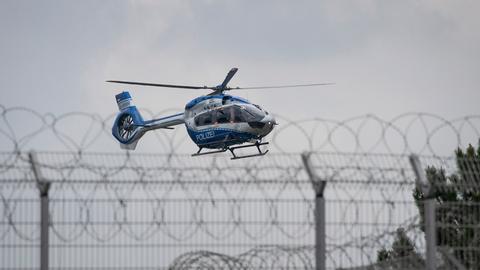 Hubschrauber landet auf dem Gelände der JVA Ossendorf.