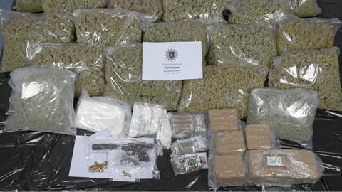 Sichergestellt wurden mehrere Kilo Haschisch, Kokain und Amphetamine.