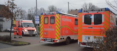 Feuerwehrautos auf Drogeriemarktparkplatz