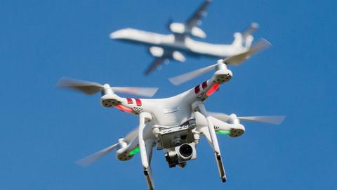 Eine Drohne und ein Flugzeug