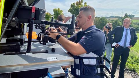 Michael Neidert, Notfallsanitäter beim Deutschen Roten Kreuz in Neuhof (Fulda), entlädt die neue Drohne aus einem Fahrzeug.