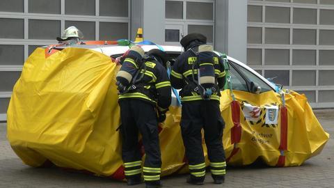 """Elektroauto mit """"Löschwanne"""" in Bad Homburg."""