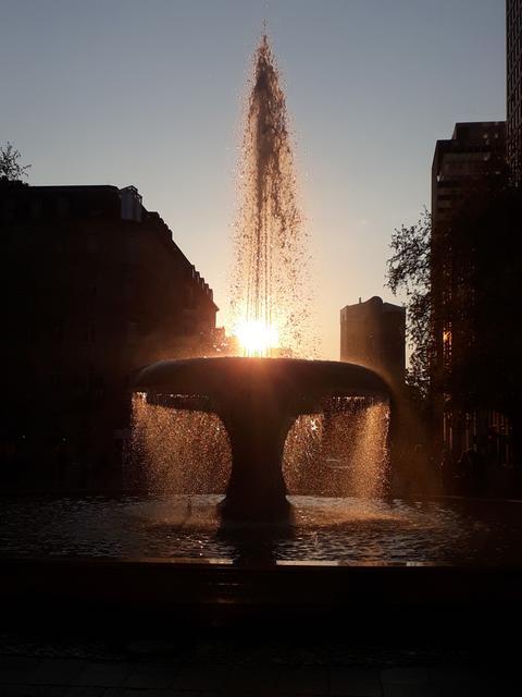 Durch die Sonne wirkt das Wasser im Brunnen vor der Alten Oper wie sprudelnder Champagner.