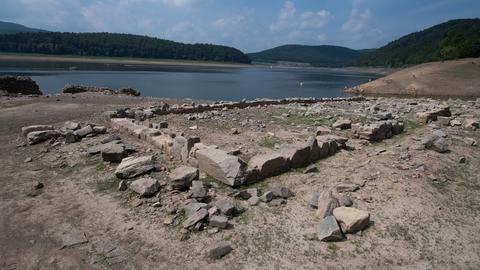 Mauerreste des Ortes Berich beim Waldeck im trockenen Edersee.