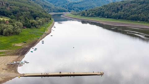 """Aufnahme von der Aseler Brücke im Edersee. Der Wasserstand des nordhessischen Edersees ist unter die 50-Prozent-Marke gesunken und die ersten Reste verlassener Siedlungen, das sogenannte """"Edersee-Atlantis"""", sind schon aufgetaucht."""