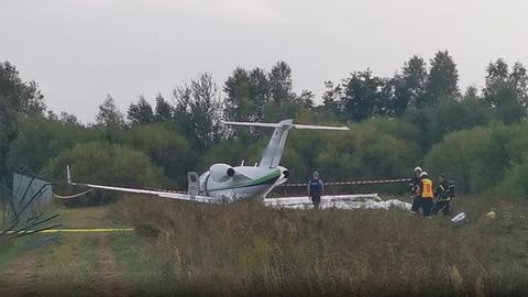 Einsatzkräfte sperren die Unfallstelle ab. Der Jet hatte einen Zaun durchbrochen.